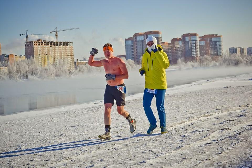 бегун в шортах в мороз